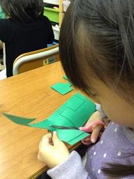 ハサミを使って紙を切る幼児